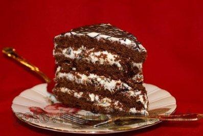 Шоколадный торт со сметанным кремом и черносливом