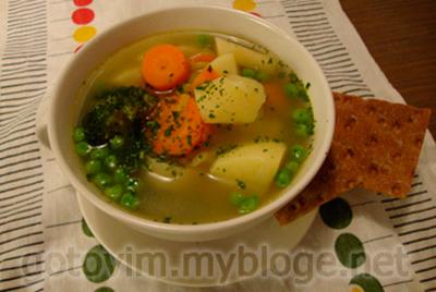 Весенний суп с зеленым горошком и зеленью