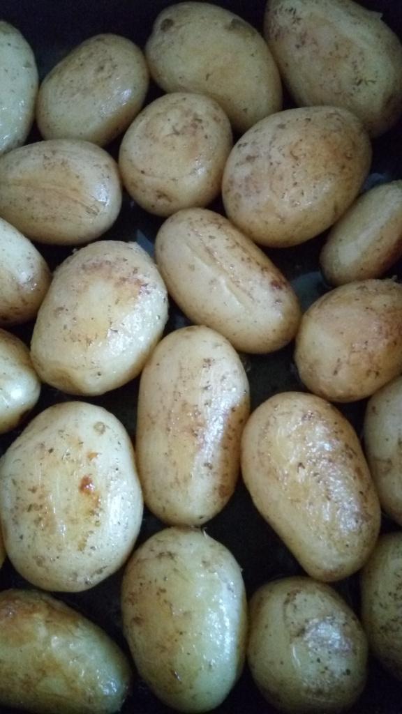 Молодая картошка в духовке с чесноком