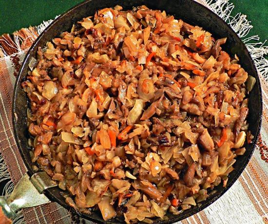 Солянка грибная на сковороде с капустой