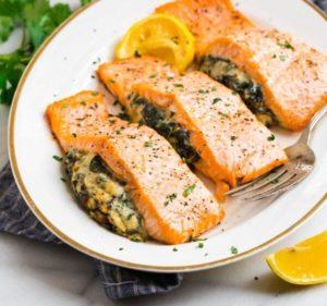 лосось фаршированный шпинатом и сыром