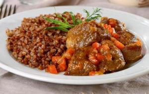 фото рецепт тушеной баранины с луком и морковью в казане