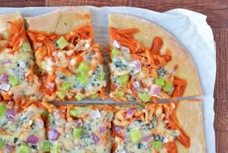 Пицца Буффало и салат с рукколой