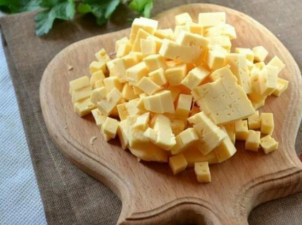 9 рецептов салатов с сыром