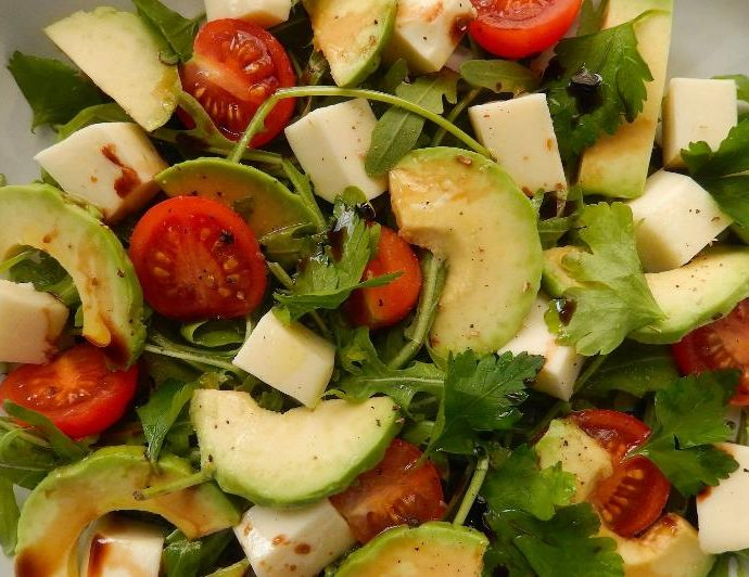 Салат из авокадо с помидорами и сыром моцарелла