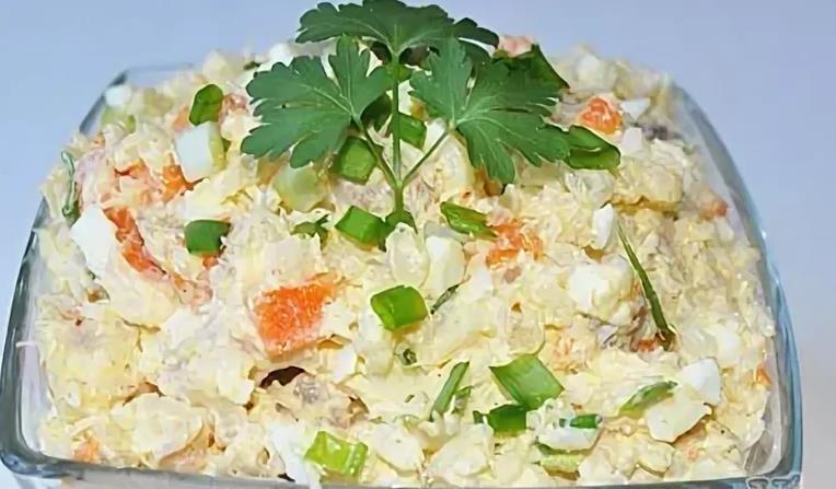 Салат с копчёной рыбой горячего копчения и рисом