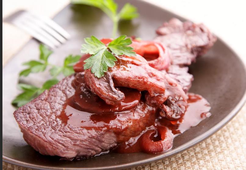 Говяжья вырезка с красным вином-коньячным соусом