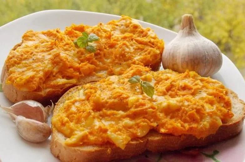 Закусочный бутерброд с морковью, сыром и чесноком
