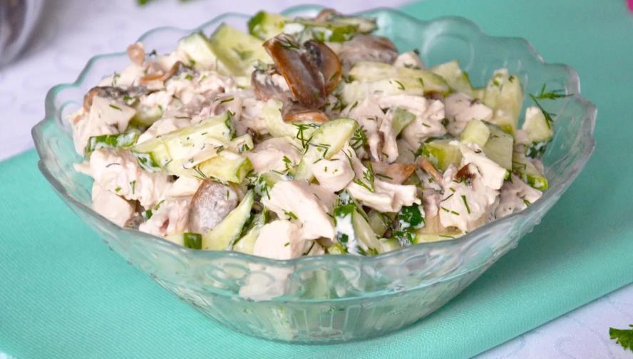 Салат с грибами, картофелем и солеными огурцами
