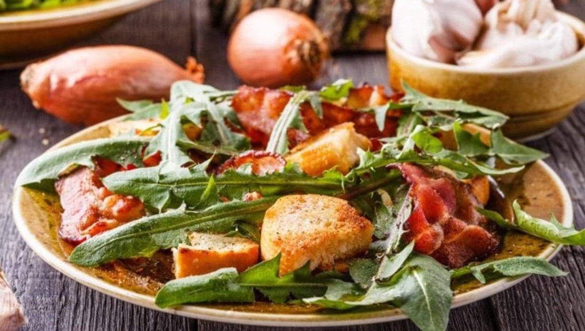 Французский салат «Деревенский» с беконом и листьями одуванчика