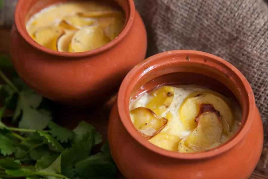 Картофель с сельдью в горшочках