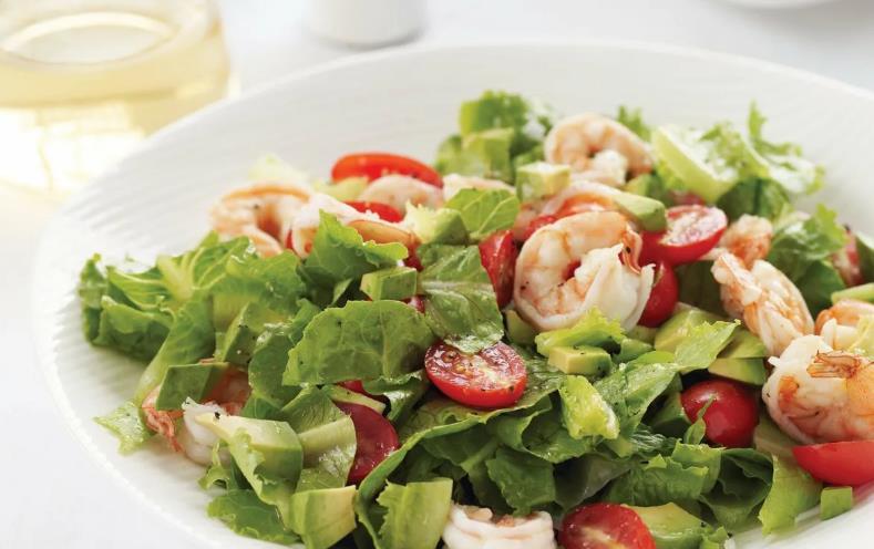 Креветки с помидорами и листьями салата