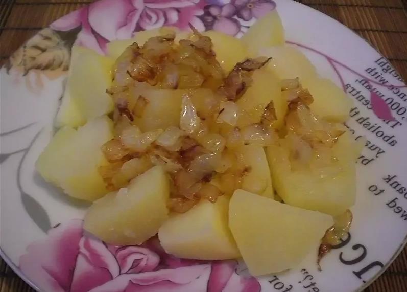Отварной картофель с луком