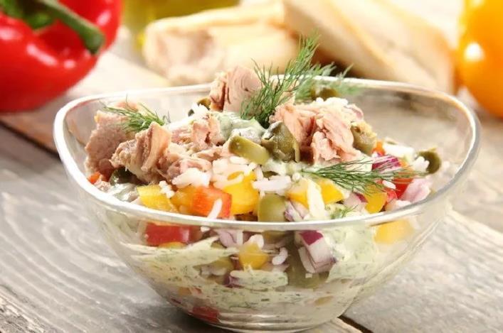 Салат-ассорти из консервированного тунца с рисом и овощами