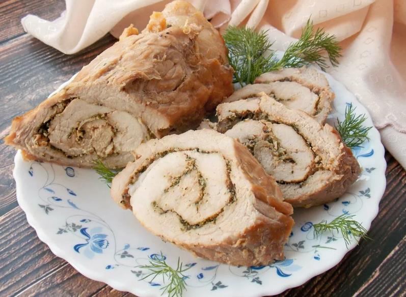 Запеченный рулет из свинины с петрушкой и чесноком