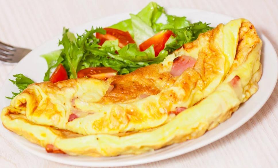 Омлет с сыром, копченой грудинкой и картофелем