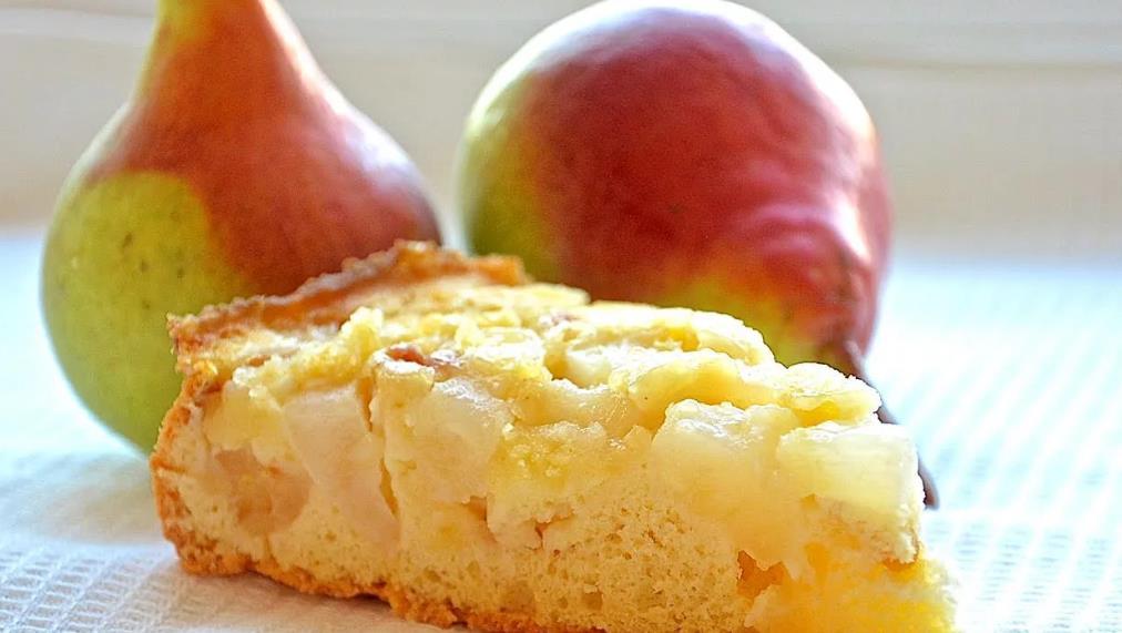 Бисквит с яблоками и грушами