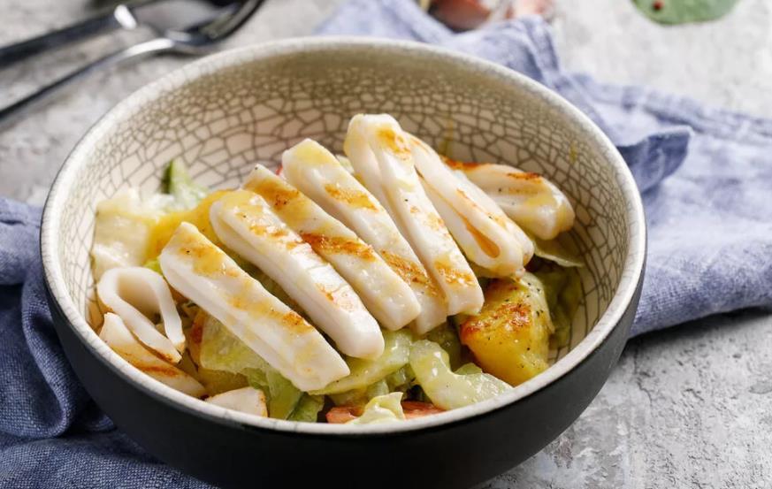 Салат из кальмаров с медом и белым соусом