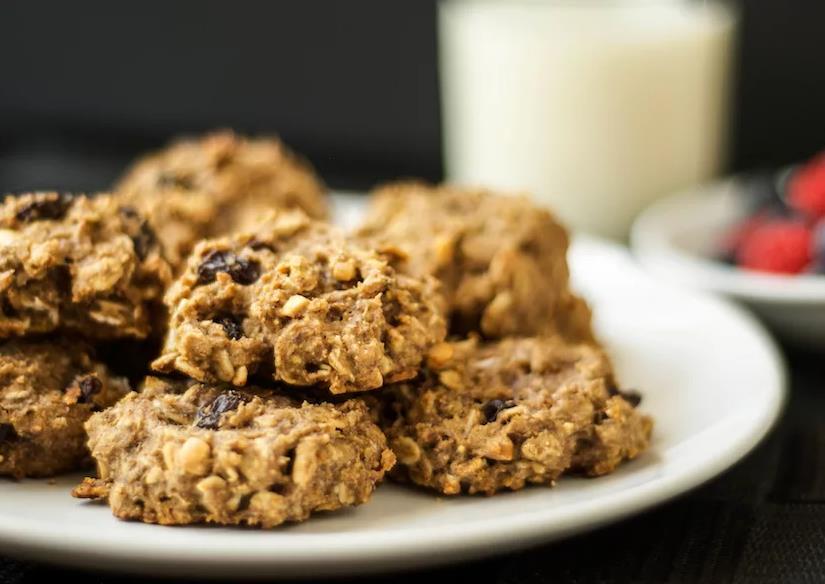 Домашнее овсяное печенье с изюмом и орехами