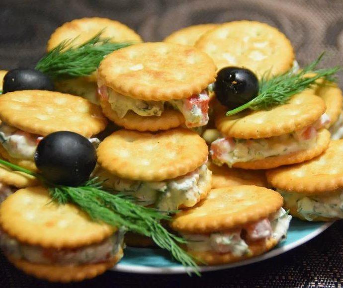 Оригинальная закуска для праздничного стола из крекеров и сыра
