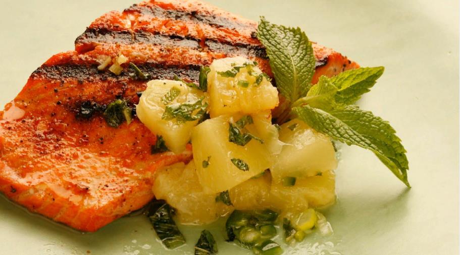 Филе лосося, тушеное с огурцом
