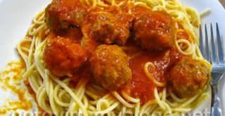 Спагетти с фрикадельками в томатном соусе